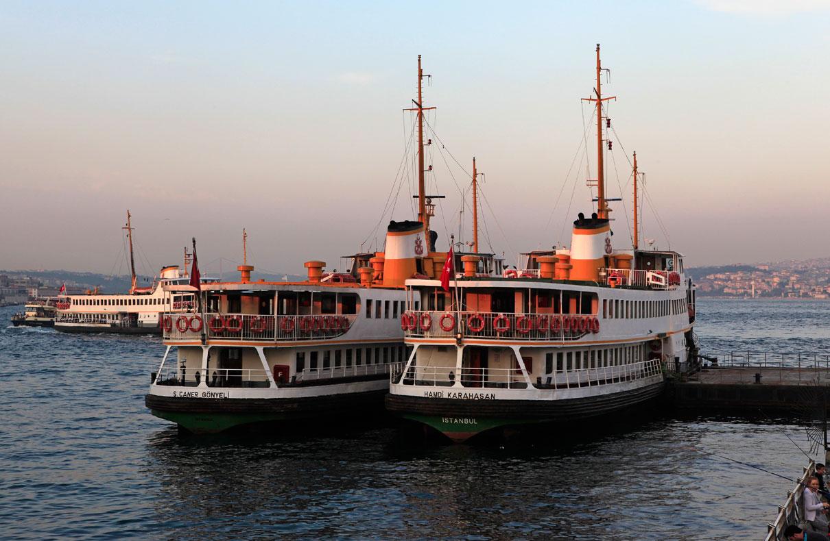 Fähren im Hafen am Goldenen Horn und Bosporus – Istanbul